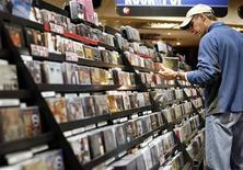 <p>Las ventas globales de música cayeron cerca de un 10 por ciento en el 2009 y registraron una baja de 30 por ciento desde el 2004, mientras una desenfrenada piratería consume parte de las ventas tradicionales y digitales legales, dijo el organismo comercial IFPI. El IFPI señaló en su reporte anual que la industria musical observó avances positivos durante el 2009, cuando más de una cuarta parte de los ingresos del sector fueron por ventas digitales, ahora que se han adoptado nuevas formas para vender discos. REUTERS/Shannon Stapleton/Archivo</p>
