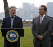 <p>Foto d'archivio. Arnold Schwarzenegger, governatore della California, e Eric Schmidt, direttore generale e presidente di Google. REUTERS/Kim White</p>