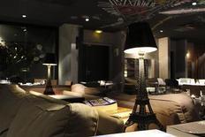 <p>Вестибюль бутик-отеля Mama Shelter в Париже 8 января 2009 года. Некогда обычная парковка превратилась в модный бутик-отель, оформленный известнейшим дизайнером Филиппом Старком. В каждой из 172 комнат есть iMac с 24-дюймовым дисплеем и бесплатным Wi-Fi, а также совсем уж редкость для гостиничных номеров - микроволновая печь. REUTERS/Benoit Tessier</p>