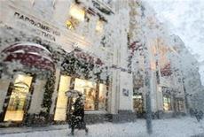 <p>Женщина идет мимо бутика в центре Москвы во время сильного снегопада 21 декабря 2009 года. Непривычно сильные и продолжительные морозы не собираются уходить из столичного региона: в выходные столбик термометра едва ли поднимется выше отметки в минус 17 градусов, свидетельствуют данные на сайте Гидрометцентра России (www.meteoinfo.ru). REUTERS/Sergei Karpukhin</p>