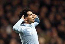 "<p>Carlos Tévez do Manchester City comemora seu segundo gol contra o Manchester United durante jogo do Campeonato Inglês. O atacante argentino chamou de ""puxa-saco"" seu ex-companheiro Gary Neville. REUTERS/Phil Noble 19/01/2010</p>"
