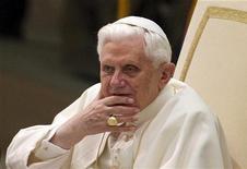 <p>O papa Bento 16 olha durante audiência no Vaticano. Por de Deus, tenham um blog!, disse o papa Bento 16 aos padres católicos neste sábado, afirmando que eles devem aprender a usar novas formas de comunicação para espalhar as mensagens do evangelho.20/01/2010.REUTERS/Tony Gentile</p>