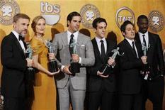 """<p>Los actores de la película """"Inglourious Basterds"""" posan tras ganar como mejor elenco en un filme en la edición 16 de los premios del Sindicato de Actores el 23 de enero del 2010 en Los Angeles. REUTERS/Phil McCarten</p>"""