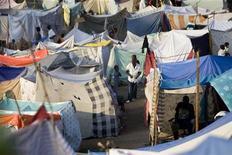 <p>Гаитяне, оставшиеся в результате землетрясения без крова, живут в самодельном лагере, возведенном на поле для игры в гольф в городе Порт-о-Пренс. 24 января 2010 года. Разрушенный землетрясением Гаити пока обходят стороной вспышки инфекционных заболеваний, однако угроза их наступления сохраняется, заявили в воскресенье врачи. REUTERS/Marco Dormino/UN/MINUSTAH/Handout</p>