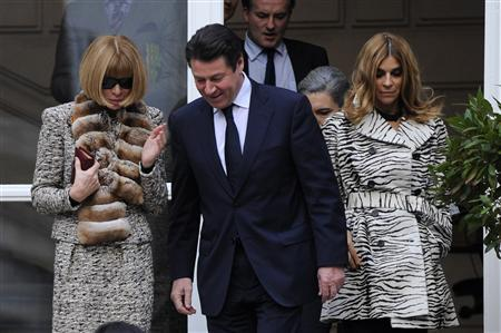 France's Industry Minister Christian Estrosi (C) speaks with Editor-in-chief of American Vogue Anna Wintour (L) as she leaves with Carine Roitfeld (R), Editor-in-Chief of the French edition of Vogue, after a meeting at the Industry ministry in Paris January 25, 2010. REUTERS/Gonzalo Fuentes