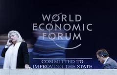 <p>Делегаты проходят мимо олготипа Всемирного экономического форума в Давосе 27 января 2010 года. Доверие предпринимателей постепенно восстанавливается после самого резкого падения экономической активности с момента окончания Второй мировой войны, а это означает, что все больше компаний намерены снова начать привлечение новых сотрудников, о чем свидетельствуют результаты проведенного консалтинговой группой PricewaterhouseCoopers (PwC) опроса. REUTERS/Michael Buholzer</p>