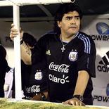 <p>O técnico da seleção argentina, Diego Maradona, assiste à sua equipe em jogo amistoso contra a Costa Rica em São José. Maradona foi convidado pelo presidente eleito do Uruguai, José Mujica, a participar de uma campanha antidrogas para jovens. REUTERS/Javier Martino 26/01/2010</p>