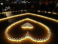 """<p>Свечи, выложенные в форме сердца, в рамках промо-акции, посвященной Дню святого Валентина. Город Иокогама, Япония. 14 февраля 2008 года. Японцы издавна ценят скромность и сдержанность в выражении своих чувств, но Киётака Ямана, организовавший акцию под названием """"Выкрикни признание в любви"""" (""""Love Message Yelling Event"""") после распада своего брака, говорит, что это не значит, что они не романтичны. REUTERS/Kim Kyung-Hoon</p>"""