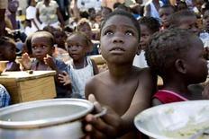 """<p>Crianças esperam pela distribuição de alimentos em um campo em Jacmel. Pelo Haiti, astros regravam """"We Are the World"""". REUTERS/Marco Dormino</p>"""