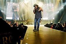 <p>Los roqueros anglo australianos AC/DC tienen un mensaje para las estrellas del rock que salen en cruzadas para hacer el bien: dejen de dar sermones a sus seguidores sobre dar dinero a organizaciones de caridad. El vocalista de la banda, Brian Johnson, en una entrevista con el diario australiano The Daily Telegraph, dijo que la gente no quiere que las celebridades ricas, como Bob Geldof y Bono, les digan que deben pensar en los niños hambrientos. REUTERS/Sara Johannessen/Scanpix/Archivo</p>