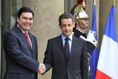 <p>Президент Туркмении Курбанкули Бердымухамедов (слева) жмет руку президент Франции Николя Саркози в Елисейском дворце в Париже 1 февраля 2010 года. Лидер газодобывающей Туркмении предложил французским компаниям, включая GDF Suez, Total , Technip, участие в нефтегазовых проектах в центральноазиатской стране. REUTERS/Philippe Wojazer</p>