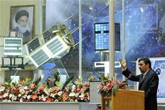 <p>Mahmoud Ahmadinejad, presidente iraniano, durante la cerimonia di oggi per un nuovo sistema di propulsione, il Simorq, prodotto dall'Iran. REUTERS/Ebrahim Noroozi/Stringer Iran</p>