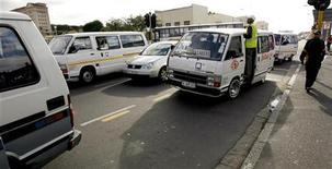 <p>Водители микроавтобусов ожидают пассажиров на улице Кейптауна 15 августа 2007 года.Водитель такси в ЮАР был арестован в среду за перевозку 49 детей в 16-местном микроавтобусе, после чего выяснилось, что содержание алкоголя в его крови в пять раз превышало допустимую норму REUTERS/Mike Hutchings.</p>
