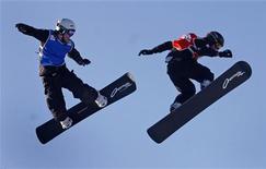 <p>Atleti gareggiano sul loro snowboard in un'immagine d'archivio. REUTERS/Mathieu Belanger</p>