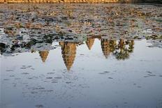 <p>Un tempio cambogiano riflesso in una pozzanghera REUTERS/Clarissa Cavalheiro</p>