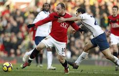 <p>Wayne Rooney, do Manchester Unitedajuda seu time a golear o Portsmouth por 5 a 0 em Manchester. REUTERS/Phil Noble</p>