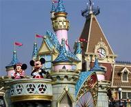 """<p>Foto de archivo de Mickey Mouse y Minnie Mouse durante el desfile """"Disney On Parade"""" en Disneylandia de Hong Kong, sep 12 2005. Un consorcio liderado por Walt Disney Co está en conversaciones avanzadas para comprar en Bus Onlines, una la mayor firma de medios y publicidad de China, en un acuerdo que ofrecería al gigante del entretenimiento de Estados Unidos una nueva plataforma para promover a Mickey Mouse en China, dijeron tres fuentes a Reuters. REUTERS/Paul Yeung</p>"""