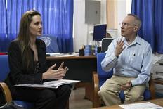 <p>A atriz Angelina Jolie conversa com o chefe da missão da MINUSTAH, Edmond Mullet, em Porto Príncipe. REUTERS/UN Photo/Sophia Paris</p>