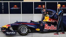 """<p>Os pilotos da Red Bull apresentam o novo carro para a temporada 2010 de Fórmula 1. A equipe Red Bull apresentou na quarta-feira seu surpreendente modelo RB6 para a temporada de 2010 da Fórmula 1, descrito pelo piloto Mark Webber como """"uma limusine"""".REUTERS/Divulgação</p>"""