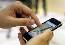 <p>Imagen de archivo de una persona utilizando el Iphone de Apple, en Madrid. Junio 19 2009. La compañía noruega Opera Software anunció que lanzará la semana próxima una versión de su explorador Mini para el iPhone, de Apple, que ofrece mayor velocidad de descargas. REUTERS/Susana Vera/archivo</p>