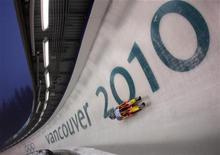 <p>L'americana Erin Hamlin si allena in vista delle gare di slittino alle Olimpiadi di invernali di Vancouver. REUTERS/Tony Gentile (CANADA)</p>