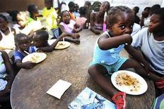 <p>Дети едят в кафетерии организации OJADH, которая помогает жертвам землетрясения, Порт-о-Пренс 10 февраля 2010 года. Хотите помочь жертвам землетрясения на Гаити? Купите белье олимпийской чемпионки по сноуборду Ханны Тетер. REUTERS/Sophia Paris/UN Photo/Handout</p>