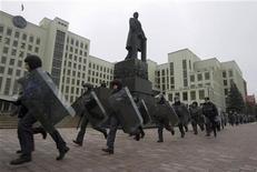<p>Белорусская милиция бежит для разгона протеста перед правительственными зданиями в центре Минска 21 января 2008 года. Белорусская милиция в понедельник задержала лидера оппозиционного Минску союза поляков и около 40 активистов этой организации, представляющей в Белоруссии 400.000 польскую диаспору. REUTERS/Vasily Fedosenko</p>