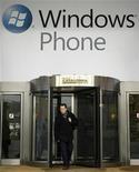 <p>Una pubblicità di Windows Phone vicino alla sede del Mobile World Congress a Barcellona. REUTERS/Albert Gea (SPAIN - Tags: SCI TECH SOCIETY)</p>