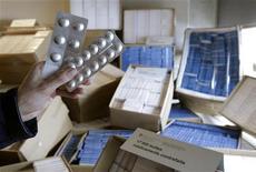 <p>10 febbraio 2010. Funzionario svizzero tiene in mano medicinali falsi. Allo scorso giugno risale la confisca ad opera delle autorità svizzere di 17.500 scatole di medicinali falsi. REUTERS/Denis Balibouse</p>