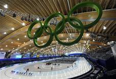 <p>Тренировка конькобежцев на стадионе в Ванкувере 10 февраля 2010 года. REUTERS/Dylan Martinez</p>