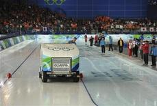 <p>A worker prepares the ice during a break in the men's 500 metres speed skating race at the Richmond Olympic Oval during the Vancouver 2010 Winter Olympics February 15, 2010. REUTERS/Dylan Martinez</p>