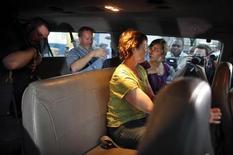 <p>Четыре из 10 американских миссионеров покидают полицейский участок на Гаити 17 февраля 2010 года. Восемь американских миссионеров были выпущены из тюрьмы на Гаити после того, как с них были сняты обвинения в похищении детей, однако еще двое остаются в заточении. REUTERS/Carlos Barria</p>