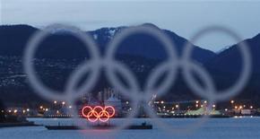 <p>Баржа с Олимпийскими кольцами, сфотографированная перед началом Зимних Олимпийских игр в Ванкувере, 4 февраля 2010 года. Ниже представлено расписание соревнований Олимпийских Игр на четверг, 18 февраля. REUTERS/Andy Clark</p>