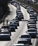 <p>Водители стоят в пробке в Бордо, Франция 31 июля 2009 года. Юристы и судьи, возможно, и являются блюстителями закона, однако сами, похоже, не любят соблюдать правила дорожного движения, поскольку именно они чаще всего попадают в ДТП, показало исследование американской страховой интернет-компании insurance.com. REUTERS/Regis Duvignau</p>