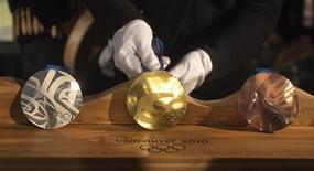 <p>Серебряная, золотая и бронзовая медали Олимпиады-2010 в Ванкувере 15 октября 2009 года. REUTERS/Andy Clark</p>