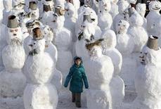 <p>Девочка гуляет среди снеговиков, Москва 31 января 2010 года. Снегопады и метели не собираются уходить из столичного региона - в праздничные выходные в Москве и области будет снежно и умеренно холодно, свидетельствуют данные на сайте российского Гидрометцентра (meteoinfo.ru). REUTERS/Sergei Karpukhin</p>