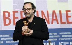 <p>Il regista turco Semih Kaplanoglu posa con l'Orso d'oro al festival di Berlino. REUTERS/Christian Charisius</p>