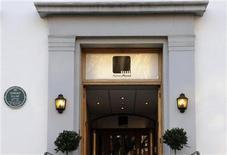 <p>Imagen de la entrada de los estudios de grabación Abbey Road, en Londres. Feb 17 2010. La discográfica EMI quiere retener la propiedad de los estudios de grabación de Abbey Road, inmortalizados por el álbum de los Beatles con el mismo nombre, aunque está hablando con otras partes sobre una posible revitalización de las instalaciones, dijo el domingo EMI. REUTERS/Jas Lehal</p>