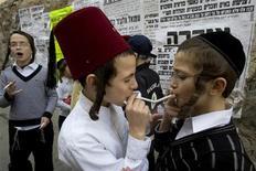 <p>Giovani ebrei fumano a Gerusalemme. Foto d'archivio. REUTERS/Ronen Zvulun</p>
