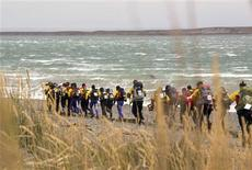 <p>Teams battle high winds on the beach on the Chilean side of Tierra del Fuego island as the 2010 Wenger Patagonian Expedition Race gets underway with a 16km trek February 9, 2010. REUTERS/Will Gray</p>
