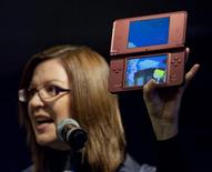<p>O Nintendo DSi XL é exibido em San Francisco. A Nintendo deve lançar seu mais novo console portátil nos Estados Unidos no final de março, informou a fabricante de videogames japonesa nesta quarta-feira.24/02/2010.REUTERS/Kim White/Nintendo/Handout</p>