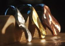 <p>Серебряная, золотая и бронзовая медали Олимпиады-2010 в Ванкувере 15 октября 2009 года.Очередной день зимних Олимпийских игр вновь на принес сборной России медалей, российские лыжницы в эстафете заняли лишь восьмое место, а фигуристки - девятое и десятое. REUTERS/Andy Clark</p>
