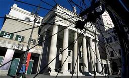 <p>Il Teatro Carlo Felice, a Genova, dietro i raggi di una ruota di una bicicletta. REUTERS/Max Rossi PP04010034 MR/SN</p>