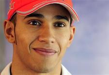 <p>O piloto de Fórmula 1 britânico Lewis Hamilton posa para fotos após uma entrevista da Reuters TV na sede da equipe McLaren, no sul da Inglaterra, 1o de março de 2010. Hamilton está procurando um novo empresário depois que ele e seu pai, Anthony, decidiram encerrar a parceria. REUTERS/Toby Melville</p>