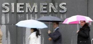 <p>Il logo di Siemens su un edificio della conglomerata industriale tedesca a Monaco, in Germania. REUTERS/Michaela Rehle</p>