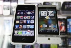 <p>O iPhone da Apple e o smartphone da HTC. 03/03/2010 REUTERS/Nicky Loh</p>