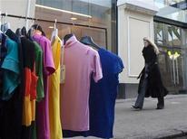 <p>Женщина проходит мимо поддельных футболок, выставленных перед магазинами Alexander McQueen и Stella McCartney в Москве 27 марта 2009 года. Милиция прикрыла подпольную швейную фабрику в Москве и конфисковала одежду с логотипами Adidas и Chanel почти на $7 миллионов. REUTERS/Thomas Peter</p>