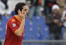 <p>AS Roma's Luca Toni celebrates after scoring his second goal against Genoa during their Italian Serie A soccer match at the Olympic stadium in Rome January 17, 2010. REUTERS/Giampiero Sposito</p>
