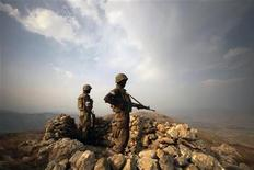 """<p>Пакистанские солдаты контролируют горный регион Вазиристан на границе с Афганистаном 29 октября 2009 года. Пакистанские войска уничтожили около 30 боевиков движения """"Талибан"""" на границе с Афганистаном, сообщили представители армии. REUTERS/ Faisal Mahmood</p>"""