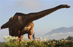 <p>Imagen de archivo de un modelo de dinosaurio exhibido en el Museo Jurásico de Asturias, en Colunga. Agosto 14 2009. Un enorme asteroide que golpeó a la Tierra es la única explicación verosímil para la extinción de los dinosaurios, dijo el jueves un equipo científico internacional, con lo que esperan resolver una disputa que ha dividido a los expertos durante décadas. REUTERS/Eloy Alonso/archivo</p>